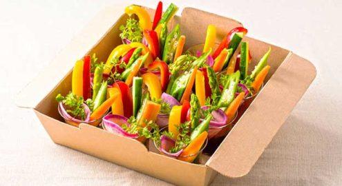 カラフル有機野菜の<br />野菜スティック <br />自家製ドライトマトソースイメージ画像